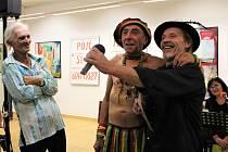 Humorem sobě vlastním prošpikoval v pátek 11. října malíř Zdeněk Kup program vernisáže výstavy obrazů s názvem Ob-na-žený v uherskohradišťské Galerii Vladimíra Hrocha.