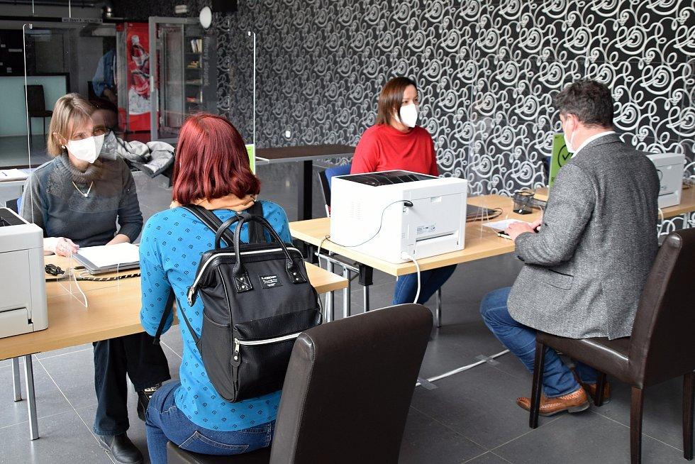 Kino Máj v Uherském Brodě se stává očkovacím centrem. Potvrdili to zástupci Zlínského kraje s tím, že bude pro zájemce z řad obyvatel města i okolních obcí otevřeno s největší pravděpodobností od pátku 9. dubna. Vše záleží na dodávce vakcín.