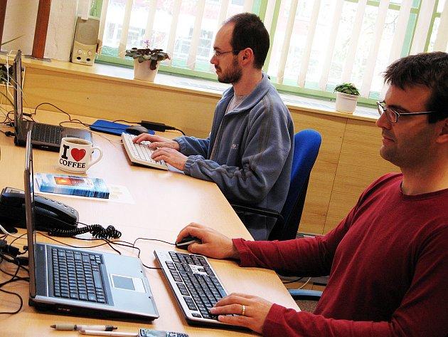 Zázemí inkubátoru si mohou užívat začínajcící firmy, jejichž podnikatelským záměrem je inovace.