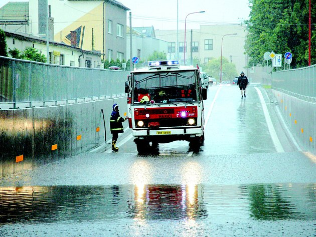 Podjezd směrem k uherskohradišťské nemocnici voda zaplavila takovým způsobem, že v něm uvázly tři automobily. Na místo musela vyrazit jednotka hasičů.