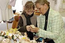 TVŮRKYNĚ. Marie Šuranská z Babic proměňuje kukuřičné šustí v postavičku. Při předváděcích akcích předává své zkušenosti dětem i dospělým