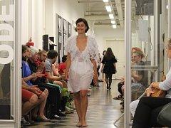 Tradiční módní přehlídka na Střední uměleckoprůmyslové škole Uherské Hradiště předznamenala blížící se maturity.