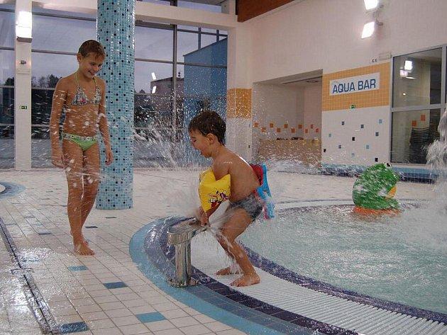 Hradišťský akvapark přivítal první plavce.