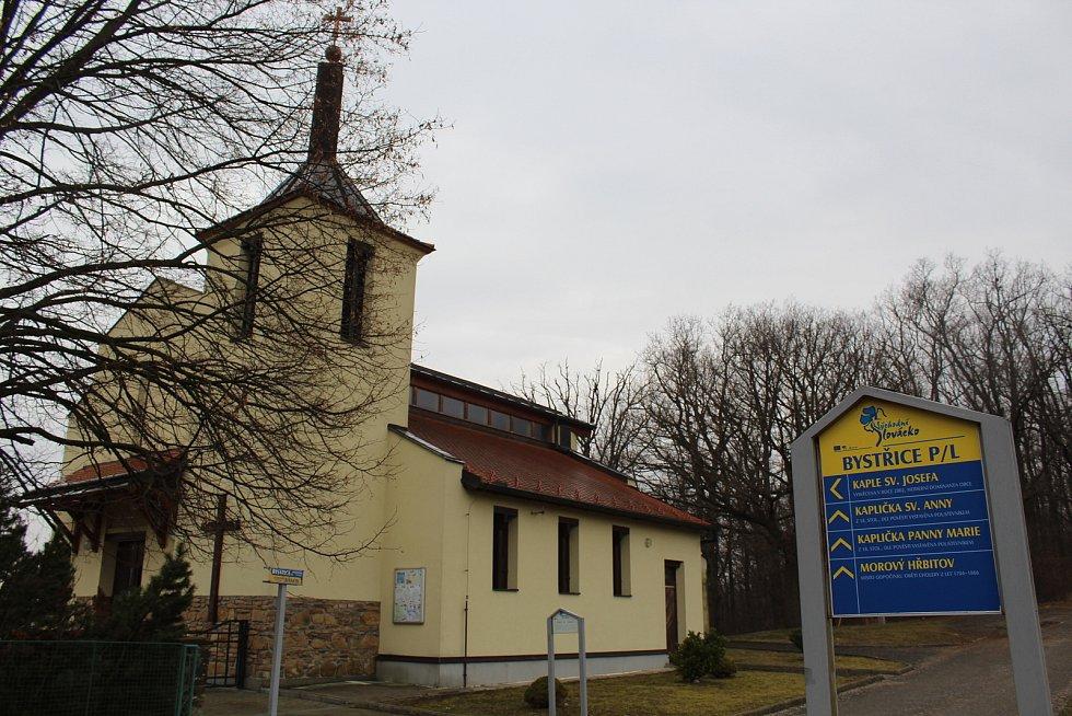 Bystřice pod Lopeníkem, obec na úpatí Bílých Karpat.  Kaple sv. Josefa.