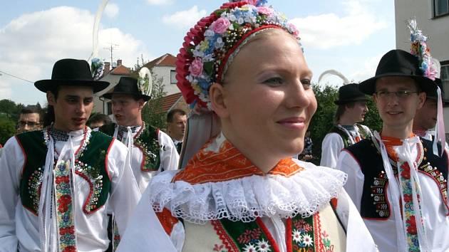 Nefalšovaná nevěsta na nefalšované krojované svatbě, květen 2009 – i takovou podobu má ještě dnes Slovácko.