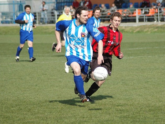 Fotbalisté Jankovic (ve světlém) dokázali uhrát ve Spytihněvi s Babicemi cennou remízu.