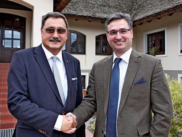 Maďarský poslanec Richárd Hörcsik (vlevo) sposlancem Parlamentu ČR Ondřejem Benešíkem.