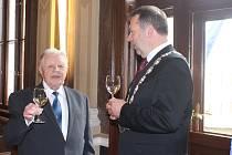 K příležitosti významného životního jubilea přijal starosta na radnici dirigenta Karla Dýnku, aby mu pogratuloval.