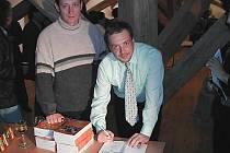Michal Baščan (vpravo) při autogramiádě knížek o Chřibech.