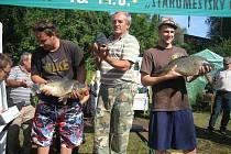 Rybářské závody Staroměstský Čochtan. Zleva: Lukáš Staš (kapr 60 cm), Josef Blaha (kapr 66 cm) a Petr Cvrkal  (kapr 62 cm).