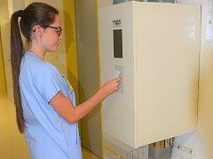 Za více než 10 milionů korun milionu korun vybudovali v Uherskohradišťské nemocnici 1300 metrů dlouhý systém potrubní pošty, jenž má mezi čtyřmi budovami dopravovat rychlostí až pět metrů za vteřinu vzorky biologického materiálu, mířící kvyšetření do lab