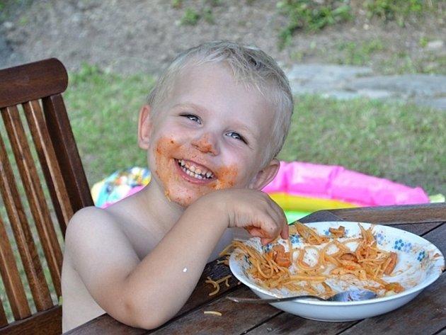 TOMÁŠ. Miluju špagety.