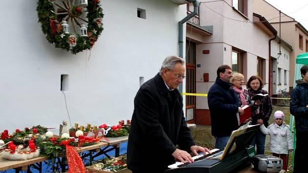 Kudlovické děti spolu s tamním ženským a mužský sborem obohatili předadventní večer o vánočně laděný program plný písniček a koled.