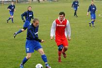 Kněžpole v utkání proti Ostrožské Lhotě potvrdila svou suverenitu ve skupině C. Svým kvalitním výkonem k tomu přispěl i bývalý ligista Miroslav Hlahůlek (vlevo), kterého obtěžuje Patrik Štergenich.