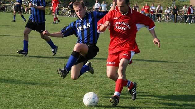 LÉTALY JISKRY. V derby se hrál důrazný fotbal, což dokazuje i ostrý souboj o míč mezi domácím Martinem Kunovjánkem (vlevo) a Lhoťanem