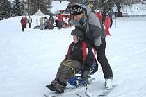 Díky speciálnímu monoski si sněhu užíval i handicapovaný Antonín Juřík.