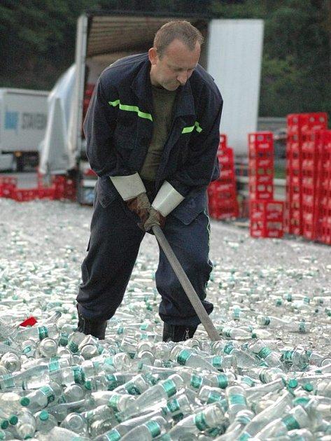 Silnici zasypaly tisíce lahví vody.
