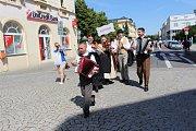 Účastníci festivalu Kunovské léto prošli ulicemi Uherského Hradiště.