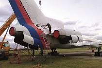 Skupinka nadšenců ze Slovácka v Praze několik měsíců intenzivně pracuje na demontáži bývalých vládních letounů, které budou posléze přesunuty do Kunovic.