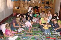 V podkrovní zasedací místnosti tělocvičny je dětem nejlépe.