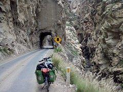 Mé putování Peru se pomalu blíží ke svému konci. Ukrajuji z něj poslední kilometry, které jsou ve stejném duchu, jaké bylo celé putování skrze tuto rozporuplnou zemi. Nahoru a dolů. Cesta úzkými kaňony, ale i vysokými horskými hřbety.