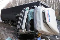 Převrácený kamion byl účastníkem jedné z devátenácti nehod, které za posledních sedm dní řešili policisté české republiky.