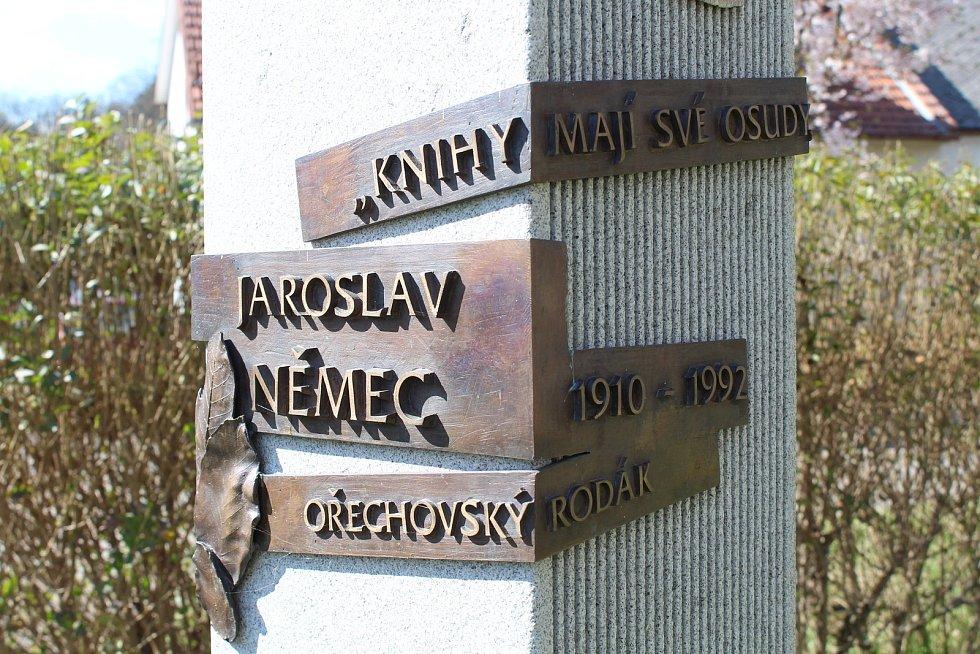 Prohlídka obce Ořechov. Památník ořechovskému rodákovi Jaroslavu Němcovi.