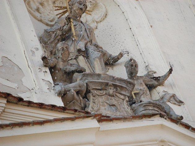 Havarijní stav sochy na kostele v centru Uherského Hradiště se možná ještě zhorší. Na jejich rekonstrukci nemá farnost prozatím dostatek peněz.