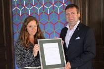 Stanislav Blaha přebírá známku A2 od zástupkyně agentury Moody´s Dagmary Urbánkové za hospodárné nakládání s městskými prostředky.