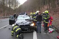 V Chřibech spadl na projíždějící auto strom.