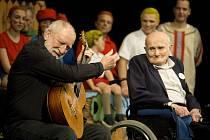 Potleskem ve stoje ocenilo v pátek 29. listopadu beznadějně vyprodané hlediště Slováckého divadla v Uherském Hradišti 500. reprízu komedie Rychlé šípy režiséra Roberta Bellana. 95letý Jindřich Hojer s kytaristou a skladatelem Štěpánem Rakem.