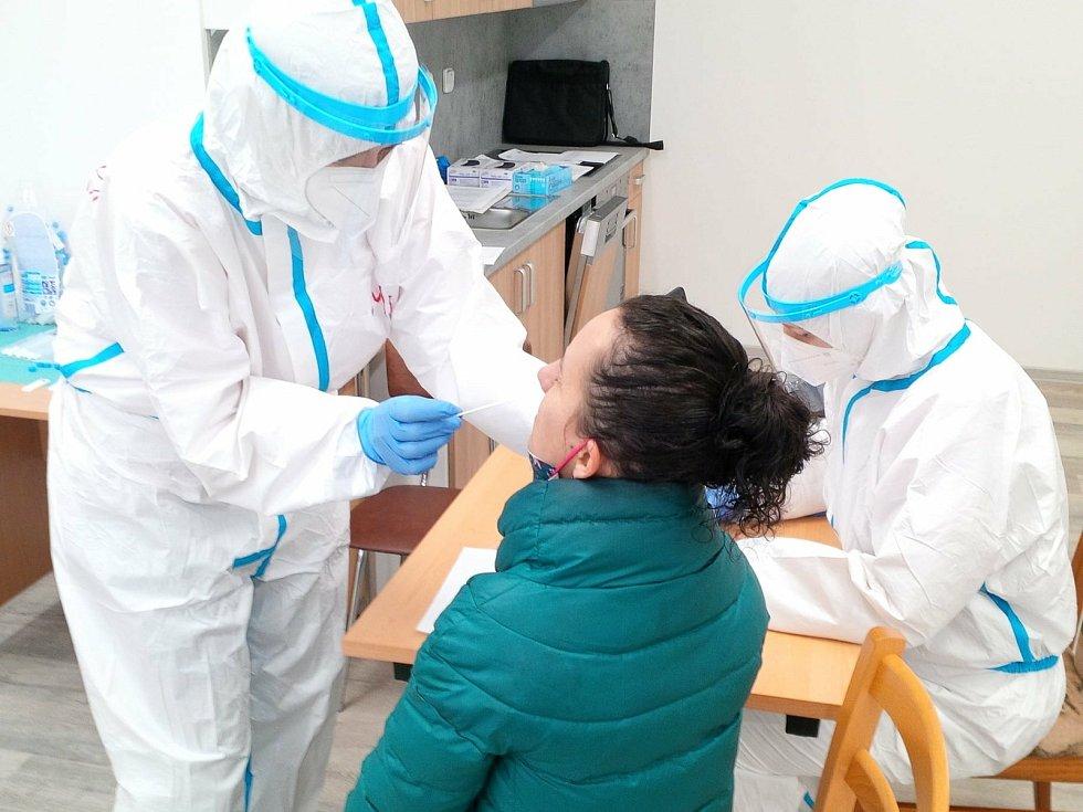 Na 1700 testů na covid-19 provedly od 10. března doposud zdravotní sestry Charity Uherský Brod. Dalších 700 testů tam absolvovali zaměstnanci Charity, jejich klienti i návštěvy.