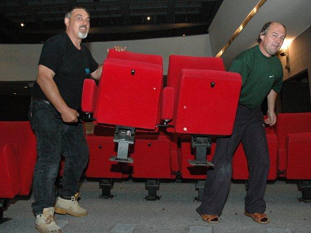 Dělníci včera odmontovali všechna stará sedadla.