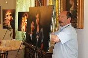 Fotograf Jadran Šetlík měl napilno. V expozici instaloval své fotografie.