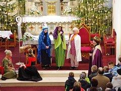 Stovky lidí v kostele sv. Filipa a Jakuba v Dolním Němčí byly po štědrodenním poledni svědky tradičního pořadu Otvírání Betléma. Jeho hlavními aktérkami se staly členky pěveckého chrámového sboru Schola Nekonečno.