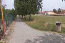 Už v září by mohlo začít vznikat v Bánově nové víceúčelové hřiště v blízkosti toho fotbalového. Současný stav zatravněné plochy.