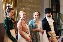 Tři umělecké švadleny vystavují v Uherském Brodě repliky šatů ze 14. až 19. století