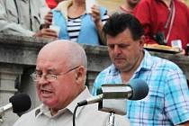 Miloslav Hrdý a František Hrňa (o stupínek výš) hovořili k lidu ze zámeckých schodů.
