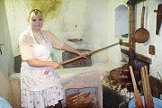Po roce se v sobotu 13. července folkloristé z Dolního Němčí pustili do veřejného pečení chlebů