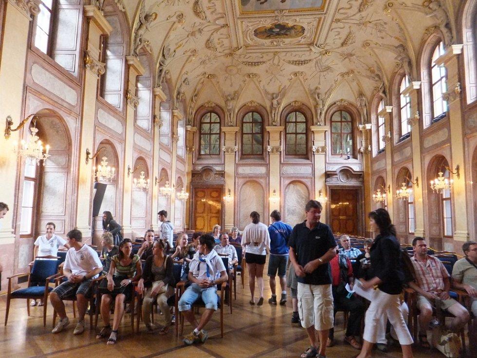 Tradiční fašankový tanec s šavlemi v rukou předvedli Komňané ve Valdštejnském paláci.