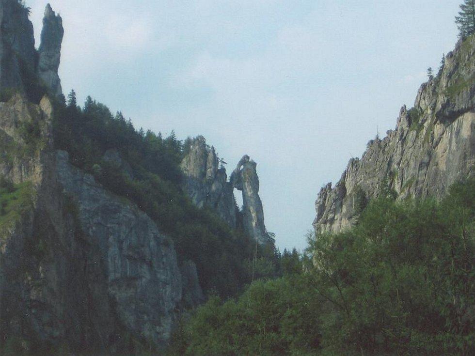 Kamenný mnich ve Vrátné dolině na Malé Fatře. Od příjezdové cesty ze Štefanové.