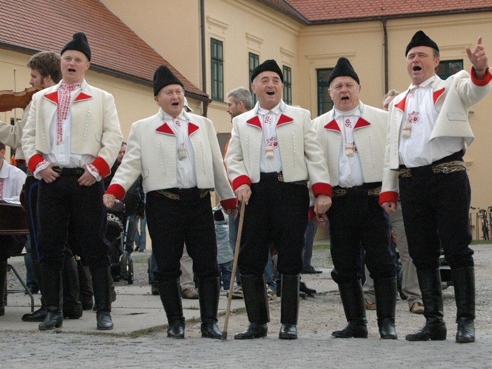 Pátek patřil v Uherském Ostrohu krojované chase i těm nejmenším.