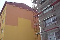 Původně špatně umístěné budniky v blízkosti oken museli řemeslníci přemístit na boční stěnu domu