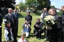Papežský legát Bozanič a kardinál Duka přistáli na Modré.  Přivítal je arcibiskup Jan Graubner, starosta Modré Miroslav Kovářík.
