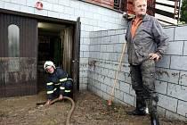 Odklízení následků po bleskové povodni v Bystřici pod Lopeníkem.