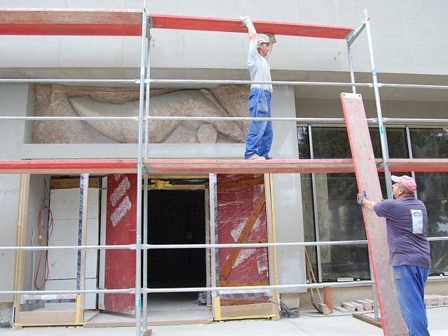 """PRÁCE. Tento týden už dělníci """"oblékali"""" Památník Velké Moravy ve Starém Městě do nového barevného """"hávu"""", rekonstrukce budovy spěje rychle ke konci."""