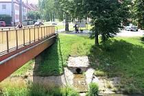 JEDNÍM ze zdrojů znečištění může být i výpusť nedaleko obecního úřadu v Šumicích.