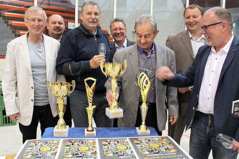 Čtyři šampioni vévodili výstavě vín na zimním stadionu v Hradišti. Přípravný výbor výstavy a výstavní trofeje.
