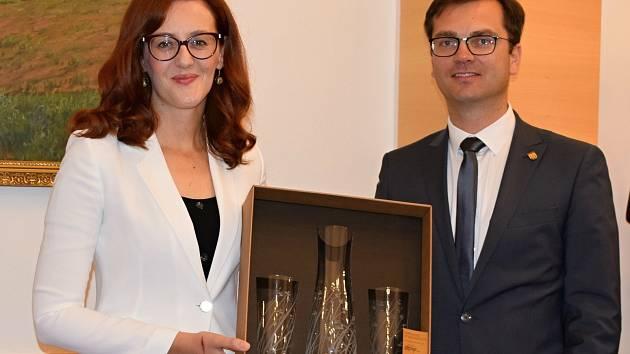 Velvyslankyně Bosny a Hercegoviny Martina Mlinarević navštívila o posledním červnovém víkendu Uherský Brod. Na snímku se starostou Ferdinandem Kubáníkem.