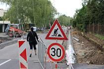 Společně s výstavbou nové okružní křižovatky u Uherskohradišťské nemocnice se nového povrchu dočká také část ulice J.E.Purkyně s přiléhajícím chodníkem.